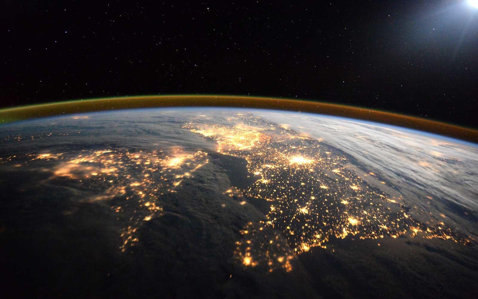 La terra vista dallo spazio. L'atmosfera appare fragile e sottile.