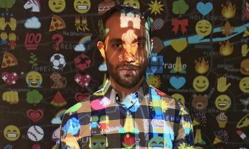 Emoji proiettati su un uomo, Dox Museum, Praga.