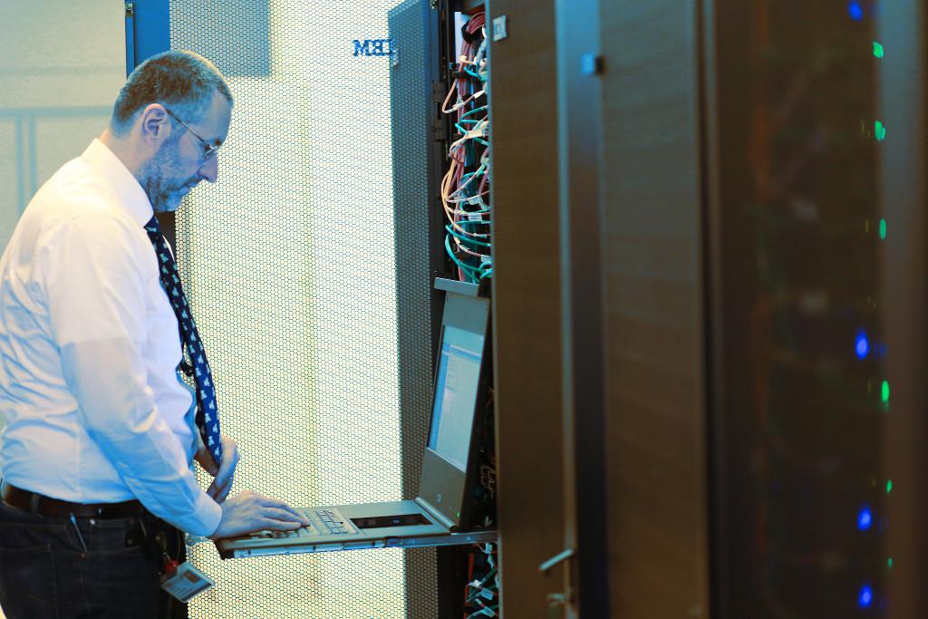 Un tecnico davanti al supercalcolatore Galileo..