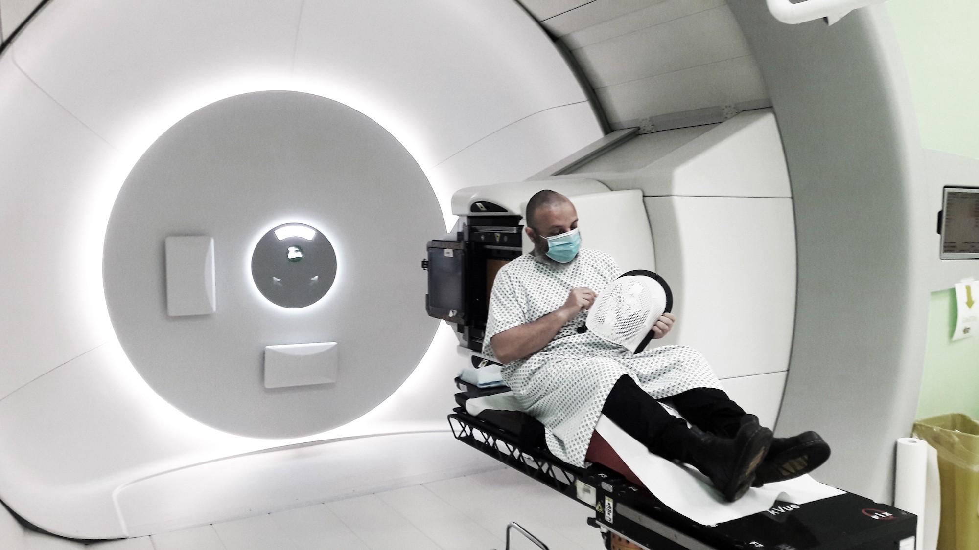 Iaconesi si sottopone a una seduta di protonterapia. Trento, Italia, 2020.
