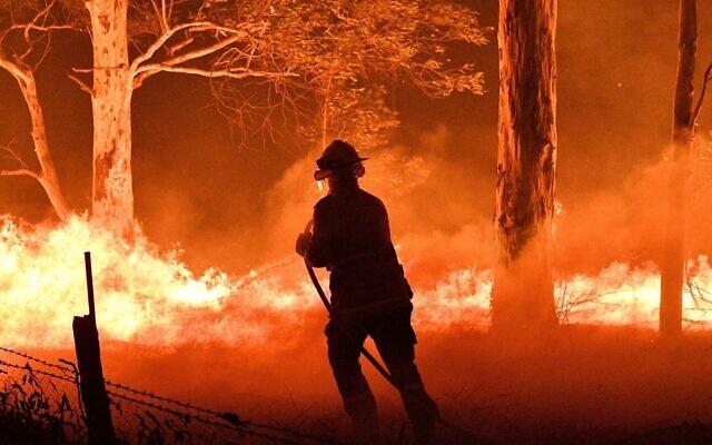 Un pompiere alle prese con un incendio, Australia 2019