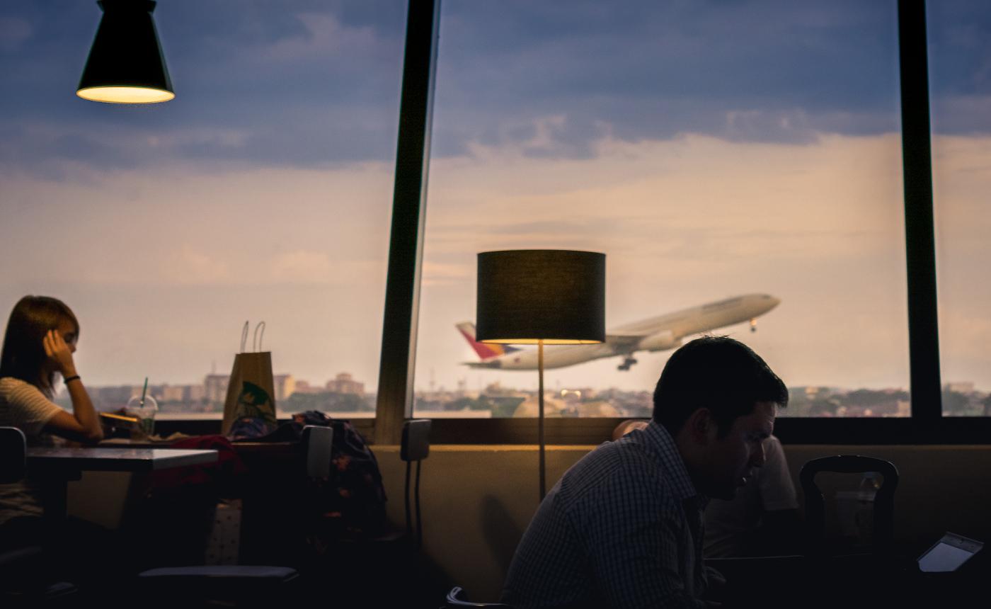Passeggeri in attesa all'aereoporto di Manila, Filippine, 2015.
